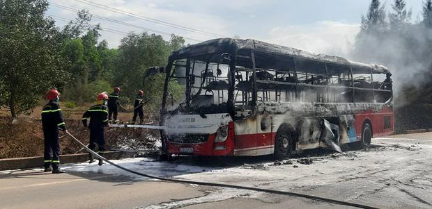 Xe khách chở 16 người bốc cháy dữ dội khi đang lưu thông trên đường-1