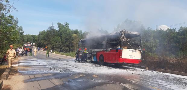 Xe khách chở 16 người bốc cháy dữ dội khi đang lưu thông trên đường-2
