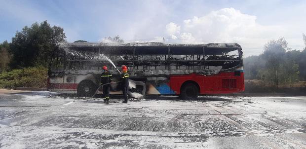 Xe khách chở 16 người bốc cháy dữ dội khi đang lưu thông trên đường-3
