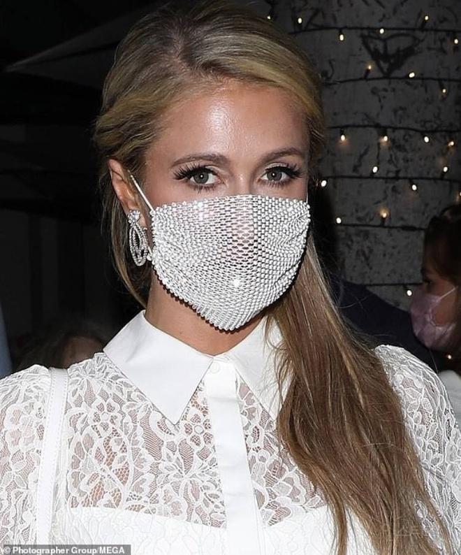 Paris Hilton bị ném đá vì đeo khẩu trang đính đá có như không-1