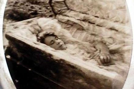 Cô gái đang lâm bồn thì qua đời, thi thể 6 năm vẫn nguyên vẹn và bí ẩn rùng mình