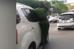 Công an bám chặt cửa xe, tài xế ô tô tăng tốc bỏ chạy