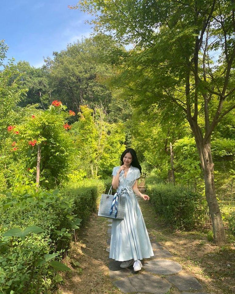 Công chúa YG như Jennie: Thảnh thơi đi chơi cũng diện nguyên cây hàng hiệu với giá trị khủng-1