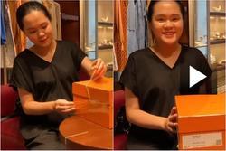 Quỳnh Anh lộ thân hình 'cục bột nở' trong clip đập hộp túi xách trăm triệu