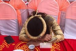 Mời cưới trên Facebook, cô dâu 'khóc òa' cầu xin bạn bè tới dự