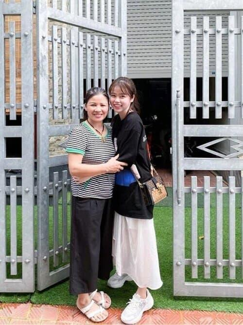 Không chỉ gần gũi mẹ chồng tương lai, Huỳnh Anh còn rất thân với chị dâu Quang Hải-2