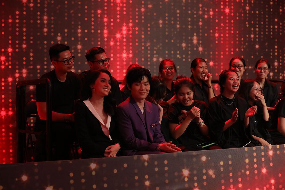 Tư vấn sai cho nữ chính Người Ấy Là Ai, Hương Giang quê độ chạy xuống làm khán giả-2