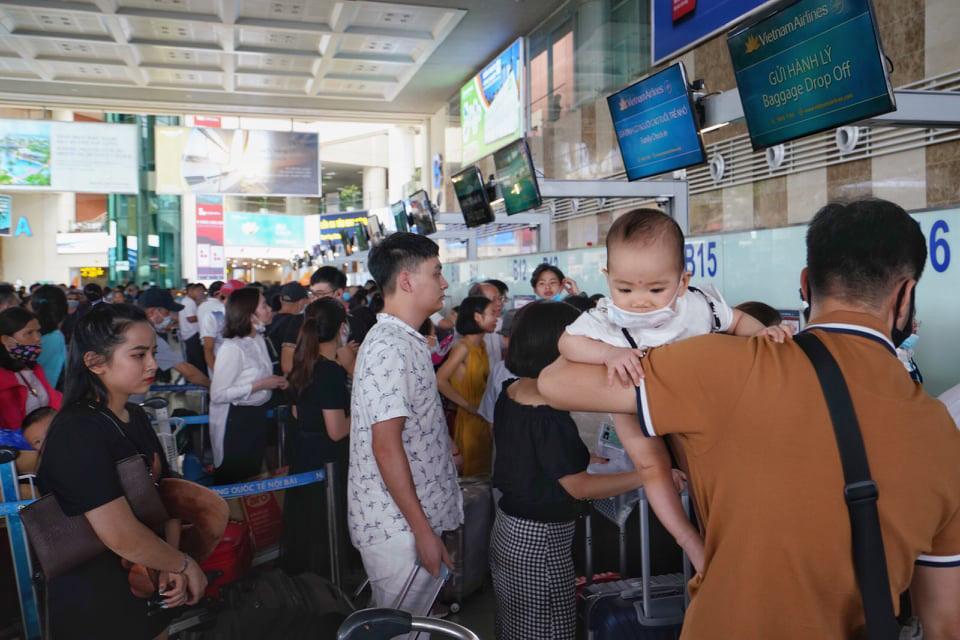 Khách mệt mỏi ngồi chờ hàng giờ trên máy bay ở Hà Nội và TP.HCM-3