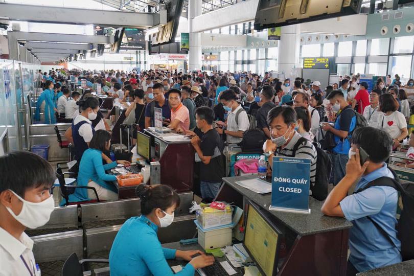 Khách mệt mỏi ngồi chờ hàng giờ trên máy bay ở Hà Nội và TP.HCM-2