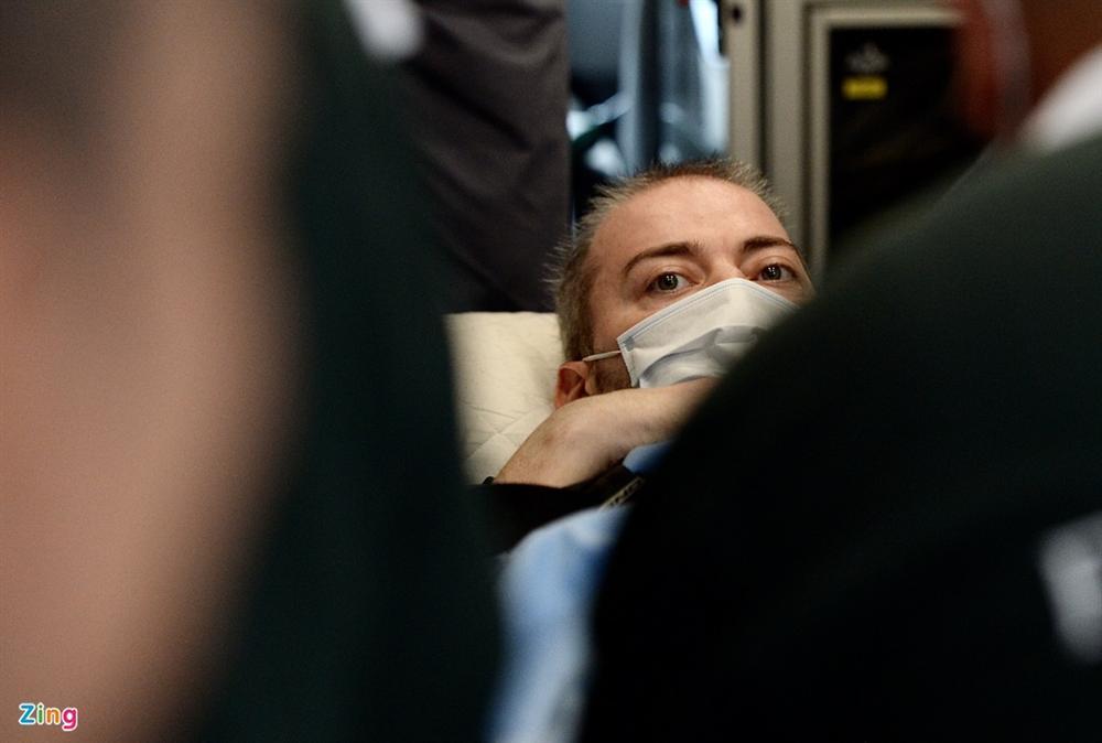 Bệnh nhân 91 lên máy bay bắt đầu hành trình về nước-7