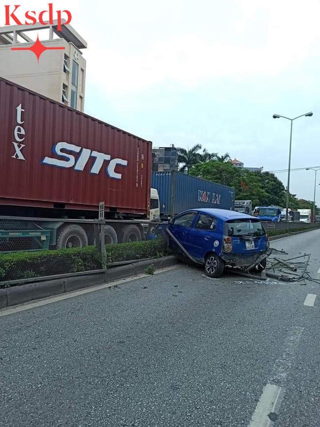 Clip: Đi sát đầu xe container để vượt, nữ tài xế bị húc văng sang bên kia đường-2