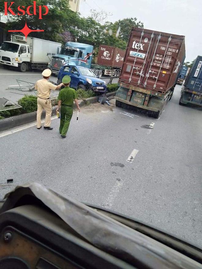 Clip: Đi sát đầu xe container để vượt, nữ tài xế bị húc văng sang bên kia đường-4