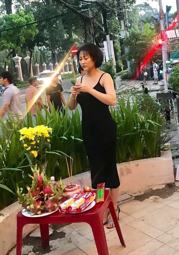 Vô tư mang giày vào khu vực cúng Tổ nghề, Phi Thanh Vân nhận nhiều gạch đá từ cộng đồng mạng-4