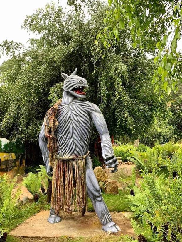 Bị chỉ trích dữ dội, các bức tượng ghê rợn tại khu du lịch Quỷ Núi đã được mặc quần áo-2