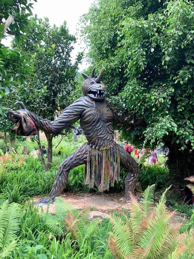Bị chỉ trích dữ dội, các bức tượng ghê rợn tại khu du lịch Quỷ Núi đã được mặc quần áo-3