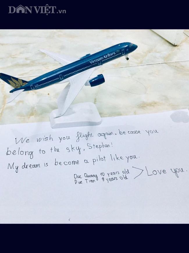 Lời chúc cảm động của 2 cậu bé Việt gửi phi công người Anh trên chuyến bay hồi hương-1