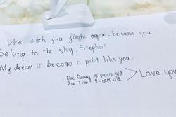 Lời chúc cảm động của 2 cậu bé Việt gửi phi công người Anh trên chuyến bay hồi hương