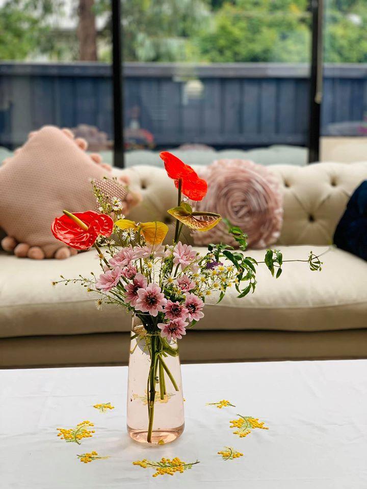 Những lọ hoa đồng nội gợi nhớ tuổi thơ của người phụ nữ gốc Việt-2