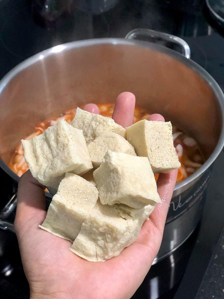 Ngỡ đậu phụ đông đá bỏ đi nhưng sau 10 phút chế biến của mẹ Hà Nội có ngay món ngon-2