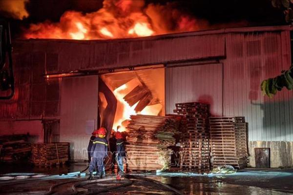 Hàng nghìn m2 nhà xưởng của công ty nội thất bị thiêu rụi trong đêm-1