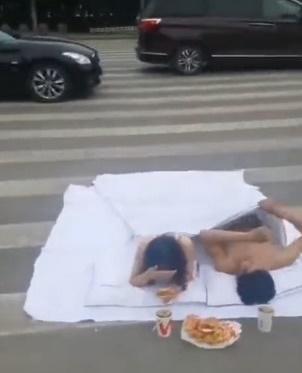 Cặp đôi khỏa thân nằm giữa đường chụp ảnh cưới gây tranh cãi-1