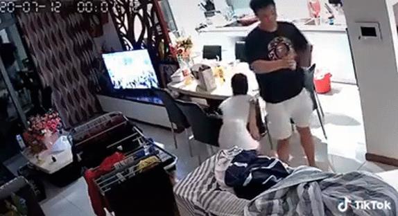 Clip: Bị vợ call video đúng lúc dẫn gái về nhà, ông chồng định múa rìu qua mắt thợ-2