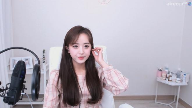 Nữ streamer hút fan chỉ nhờ cảnh buộc tóc, nhận tiền tỷ khi phát sóng-1