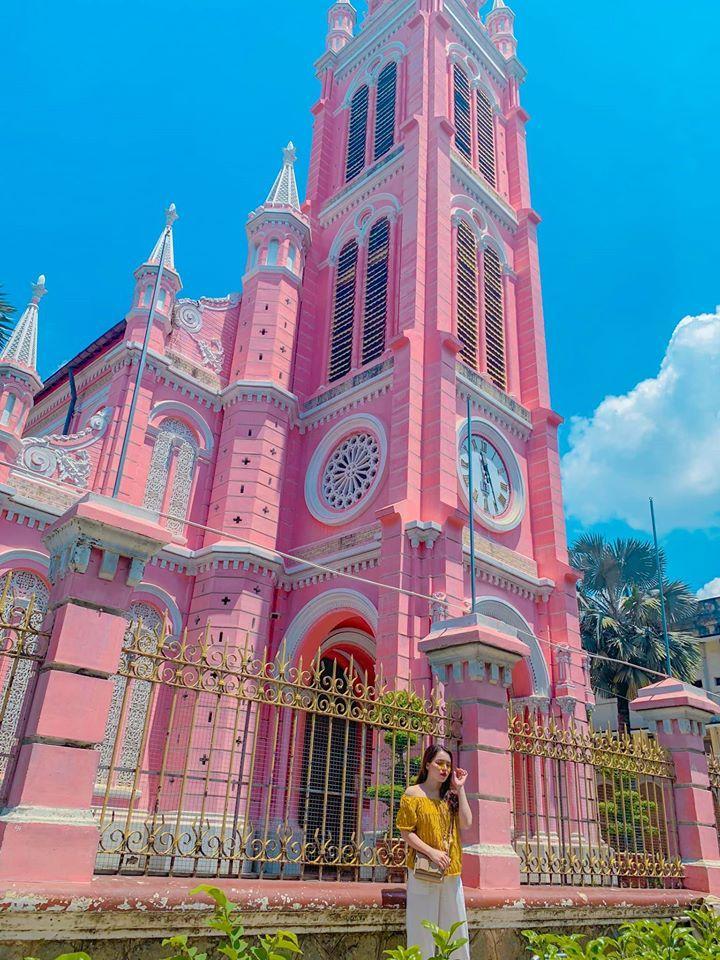 Giới trẻ khoe ảnh check-in nhà thờ màu hồng có 1-0-2 ở Sài Gòn-7