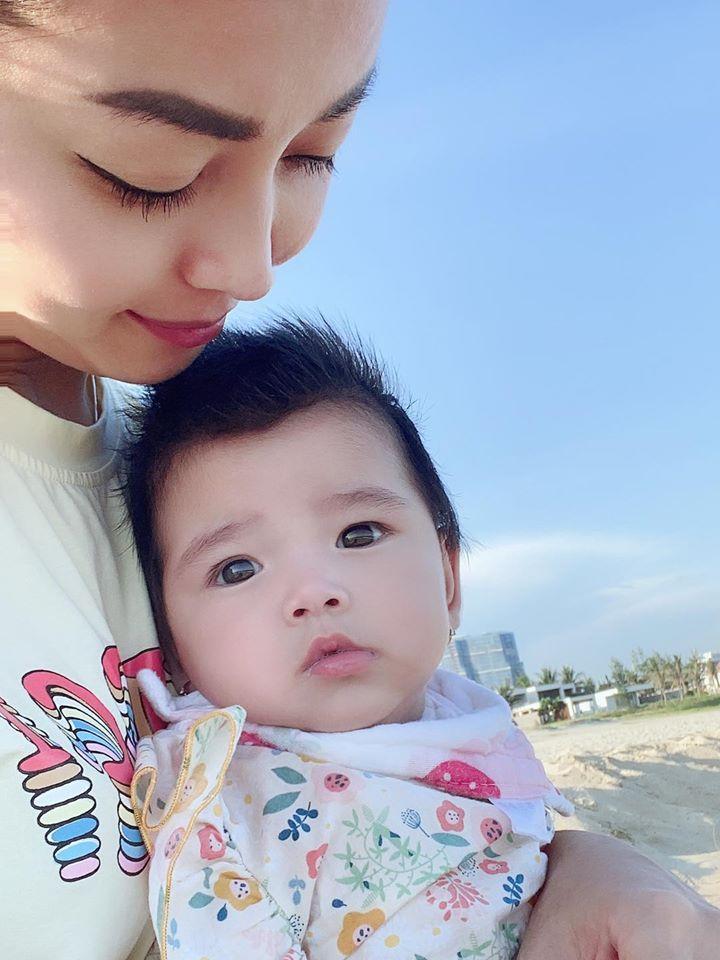 Lâu lâu mới lên sóng, con gái 6 tháng tuổi của Jennifer Phạm biểu cảm cực dễ thương-4
