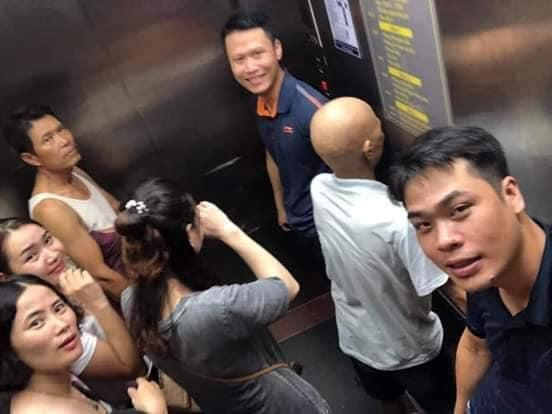 Nhóm người mắc kẹt trong thang máy bệnh viện ung bướu nhưng vẫn thản nhiên…selfie làm kỷ niệm