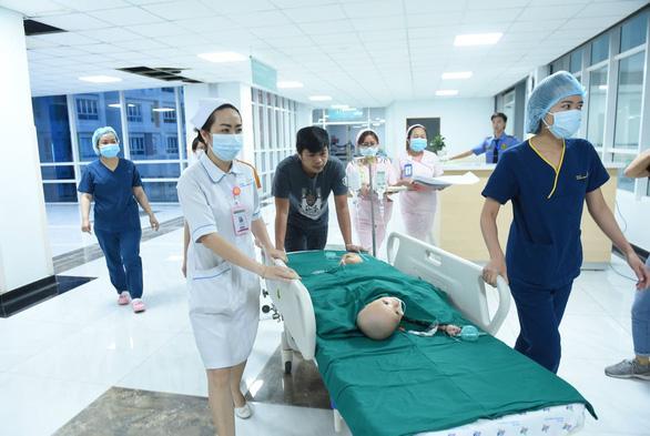Bắt đầu ca đại phẫu cân não kéo dài 12 giờ tách rời cặp song sinh phức tạp nhất Việt Nam-2