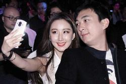 Tưởng có hôn thê sắp cưới, Vương Tư Thông bị bắt gặp vui vẻ bên gái lạ giữa đêm khuya