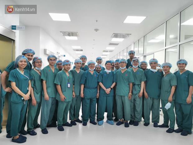 Cập nhật: Hình ảnh từ phòng đại phẫu sinh tử, tách 2 bé dính nhau khó nhất Việt Nam-14