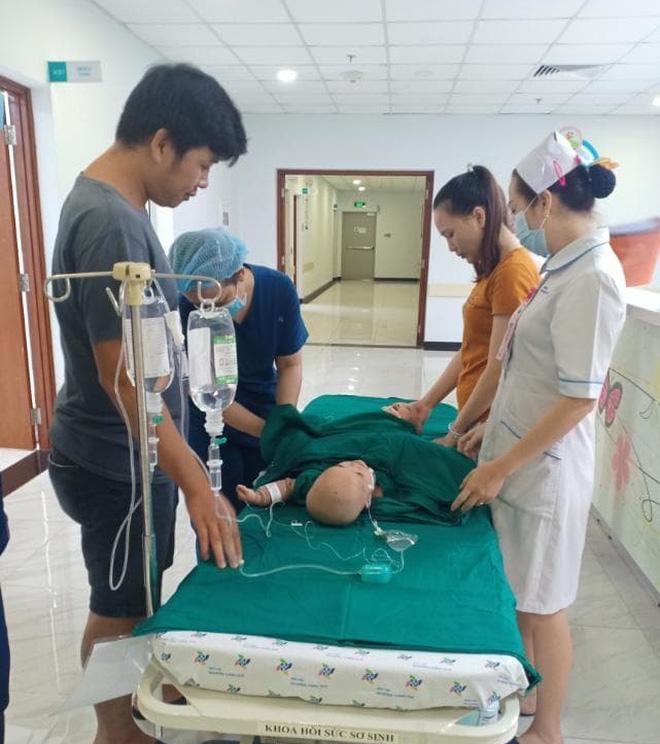 Cập nhật: Hình ảnh từ phòng đại phẫu sinh tử, tách 2 bé dính nhau khó nhất Việt Nam-4