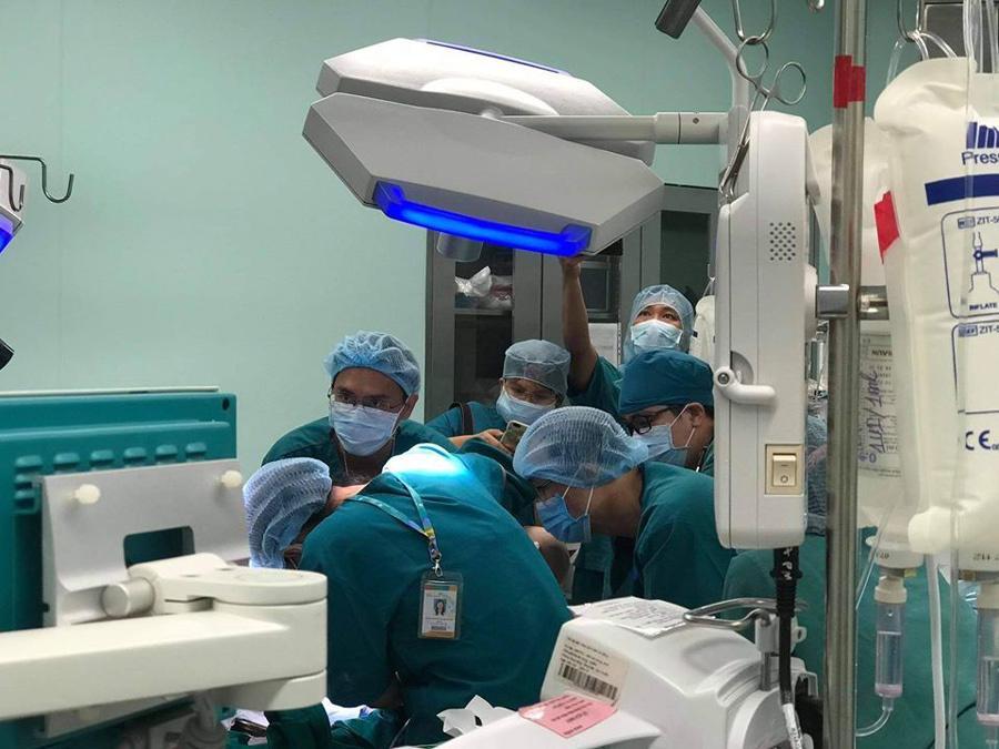Cập nhật: Hình ảnh từ phòng đại phẫu sinh tử, tách 2 bé dính nhau khó nhất Việt Nam-11