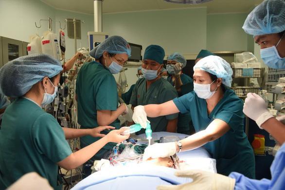 8 tiếng phẫu thuật liên tục, cặp song sinh dính liền được tách rời thành công-6