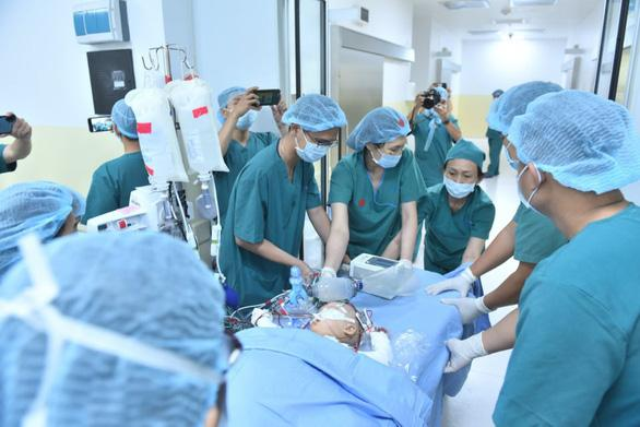 8 tiếng phẫu thuật liên tục, cặp song sinh dính liền được tách rời thành công-2