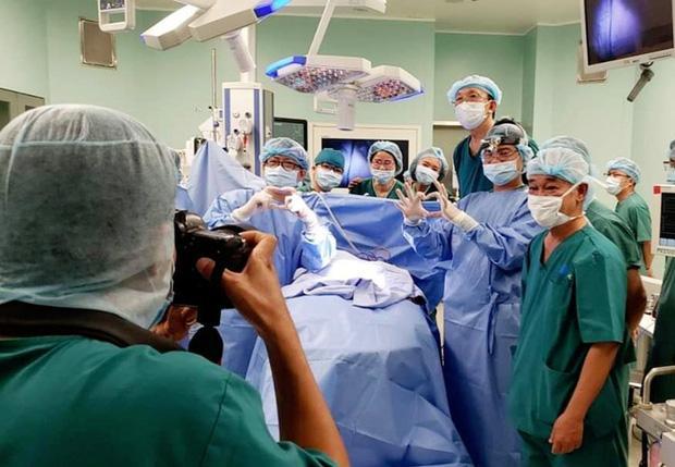 8 tiếng phẫu thuật liên tục, cặp song sinh dính liền được tách rời thành công-5