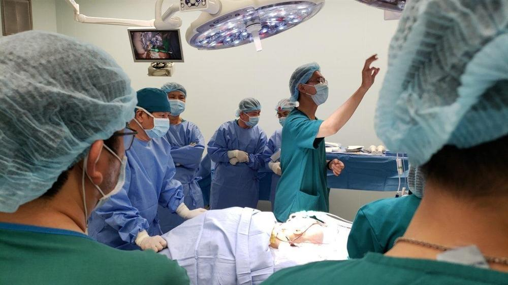 8 tiếng phẫu thuật liên tục, cặp song sinh dính liền được tách rời thành công-3