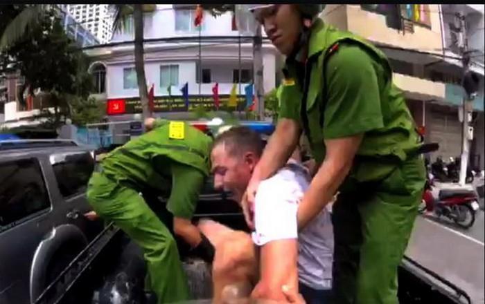 Người đàn ông ngoại quốc ở Khánh Hòa ngáo đá cầm dao đe dọa người đi đường-1