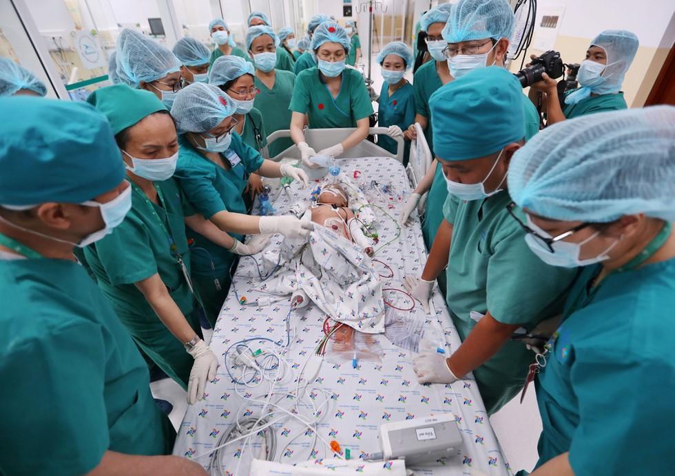 Những khoảnh khắc cân não và xúc động nhất ca đại phẫu tách cặp song sinh Trúc Nhi - Diệu Nhi-1