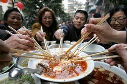 Thói quen ăn cơm nguy hiểm của nhiều người Việt, hãy thay đổi ngay trước khi gia đình rước bệnh
