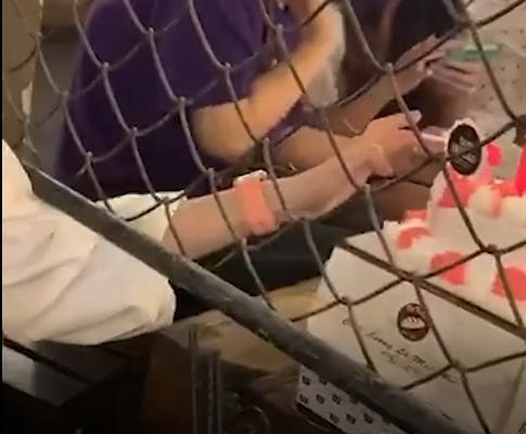 Cô gái vô duyên nhất MXH: Thò tay sang bàn bên móc bánh sinh nhật mới tinh của người khác-1