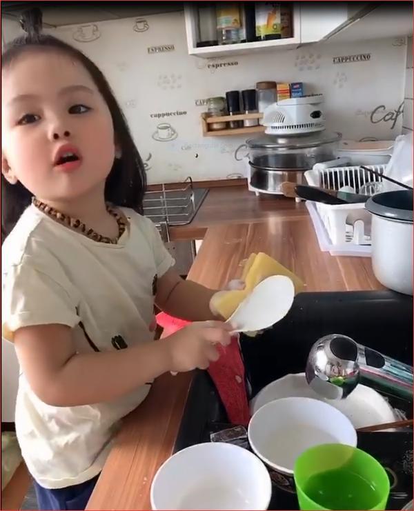 Bé gái 3 tuổi vừa rửa bát, vừa hát hò vui vẻ khiến ai cũng ước mơ có một em như thế-1