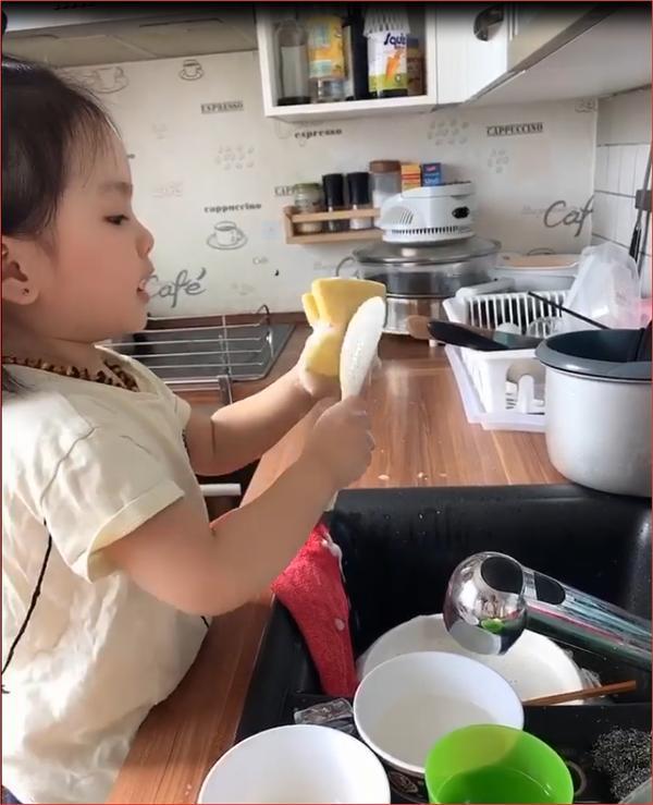 Bé gái 3 tuổi vừa rửa bát, vừa hát hò vui vẻ khiến ai cũng ước mơ có một em như thế-2