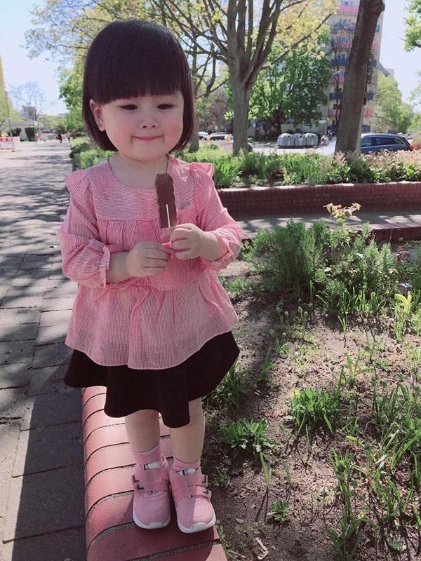 Bé gái 3 tuổi vừa rửa bát, vừa hát hò vui vẻ khiến ai cũng ước mơ có một em như thế-4