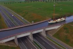 Tàu thủy đi ngang qua đường cao tốc mỗi ngày ở Hà Lan