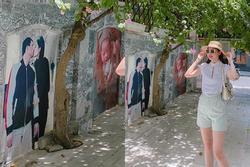 Thú vui của Á hậu Thanh Tú: Trang trí cổng nhà bằng ảnh cả chồng lẫn con