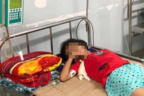 Ra cổng trường mua nước, bé gái 11 tuổi uống nhầm axit dẫn đến nguy kịch-1