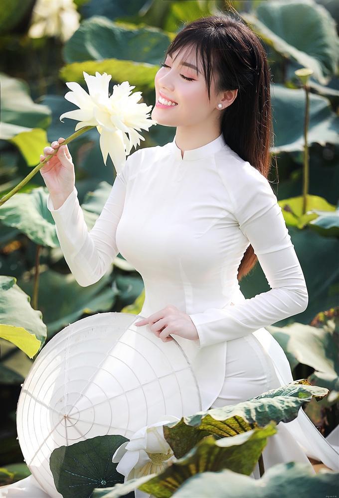 Vẻ đẹp mê hoặc của nữ giảng viên nổi tiếng Hà Nội trong bộ ảnh áo dài bên hoa sen-1